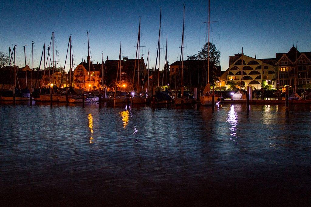 Hafenbecken Lindau bei Nacht